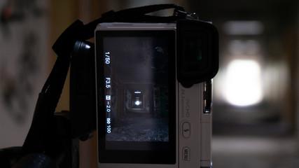 Cámara fotografiando un pasillo abandonado
