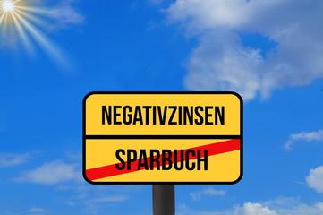 Eine Tafel weist auf Ende vom Sparbuch und Beginn von Negativzinsen