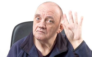 portrait vieil homme qui salue avec sa main sur fond blanc