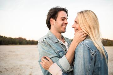 Junges Paar verbringt zeit zu zweit