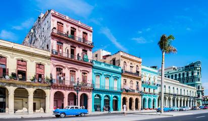"""Keuken foto achterwand Havana Die Hauptstraße in Havanna """"Calle Paseo de Marti"""" mit alten restaurierten Häuserfronten und Oldtimer auf der Straße - Panorama - in Kuba"""