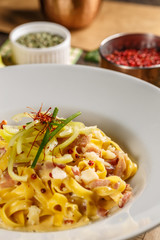 Noodles with cheese and prosciutto
