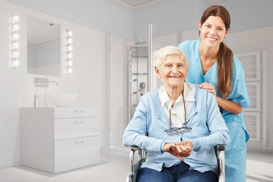 Seniorin und Krankenpfleger im Bad als Pflegedienst Konzept