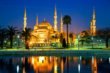 Blue Mosque or Sultanahmet Camii at dusk in Istanbul, Turkey