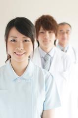 微笑む看護師と医者