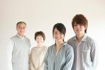 微笑む家族のポートレート