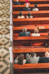 Obraz Ludzie w kościele - widok z góry - fototapety do salonu