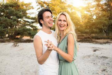 Junges verliebtes Paar verbringt glückliche Zeit