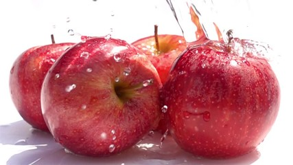 Fototapete - Pouring water on the red apples in Slow Motion