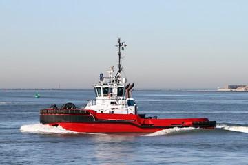 roter Hafenschlepper arbeit im Hafen
