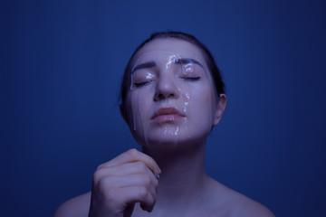 Frau Flüssiges Wasser Gesicht