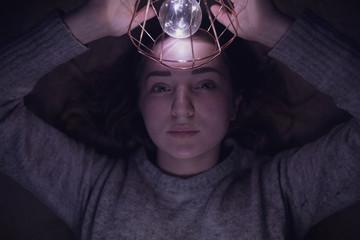Frau spielt mit Licht