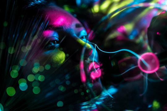 RGB Licht Spektrum der Farben umhüllt von einer Frau  millenials hipsters colorated in Berlin by #tigerraw