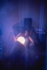 Junge Frau auf der Couch mit Mond