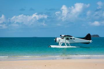 Wasserflugzeug im Profil mit Blick vom Strand