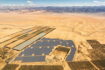 Solarzellen Solar Israel Strom Energie Solaranlage Wüste Berge von oben Luftbild