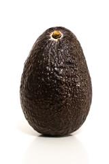 Avocado vor weißem Hintergrund