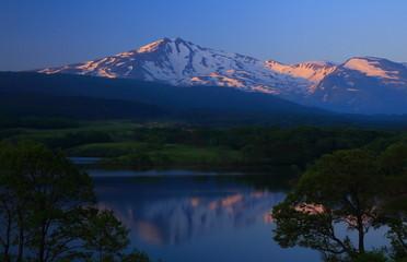 朝焼けの鳥海山