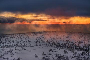 Fototapeta piękny zachód słońca w górach, śnieżna zima