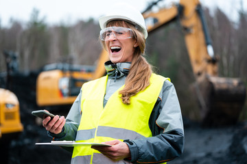 Fotomurales - Worker woman in open-cast mining using phone