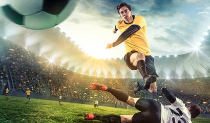 Fußball-Stürmer springt über den Gegner dem Ball hinterher
