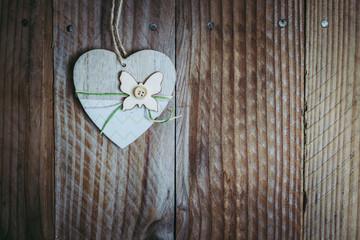Coeur en bois décoré sur un arrière plan bois
