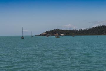 Bucht mit ankernden Segelbooten