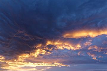 Licht des Sonnenuntergangs färbt die Wolken dramatisch, Island