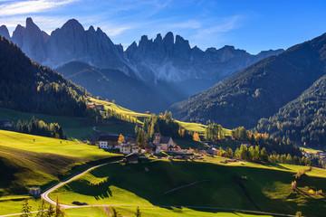 Obraz Santa Magdalena, klimatyczne miasteczko w dolinie, Dolomity, Alpy - fototapety do salonu