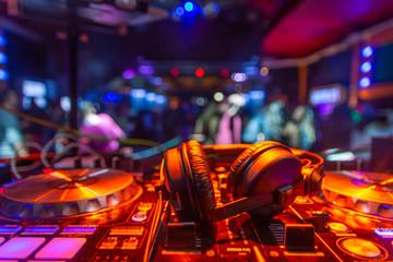 auriculares dj sobre mesa de mezclas platos fiesta Wall mural