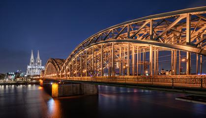 Hohenzollernbrücke und Kölner Dom zur Blauen Stunde