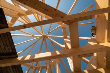 Hausbau - Dachbau mit Holzbalken