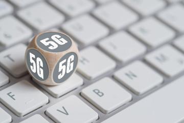 Würfel mit 5G Bezeichnung auf Tastatur