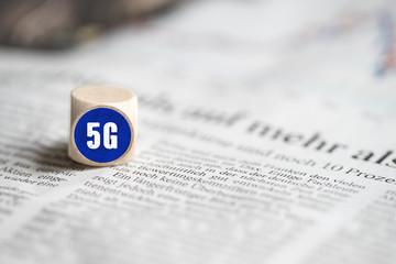 Würfel mit 5G Bezeichnung auf Tageszeitung