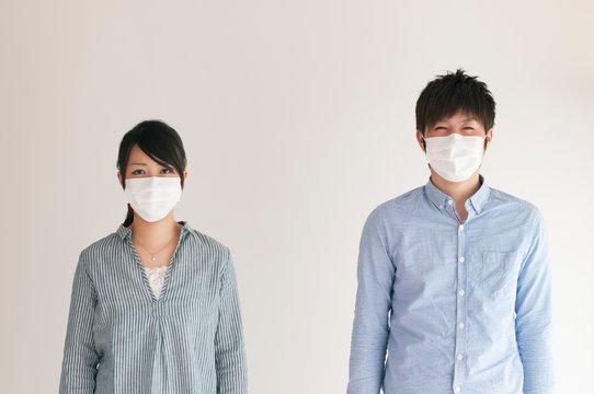 マスクをするカップル