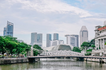 SINGAPORE-NOV 22: Cavenagh Bridge spanning the lower reaches of Singapore River in the Singapore's Central Area on NOV 22, 2018. Fototapete