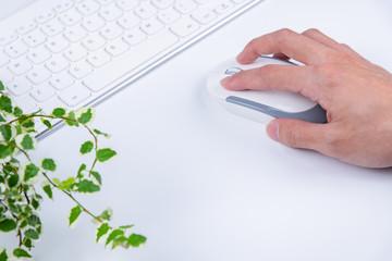 マウスを操作する手 ビジネスイメージ 白背景