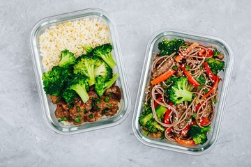 Beef and broccoli stir fry meal prep lunch box containers with rice or noodles Papier Peint