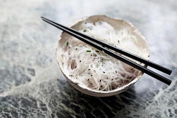 Fototapeta Kuchnia Dalekiego Wschodu. Miska makaronu ryżowego. obraz