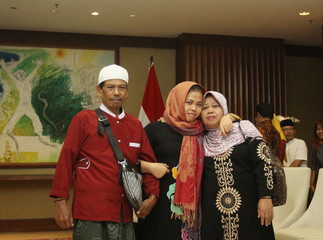 Siti Aisyah, who was previously a suspect in the murder case of North Korean leader's half brother Kim Jong Nam, poses with her parents after being released of her charges by Malaysian court, during a ceremony at Indonesian Foreign Ministry in Jakarta