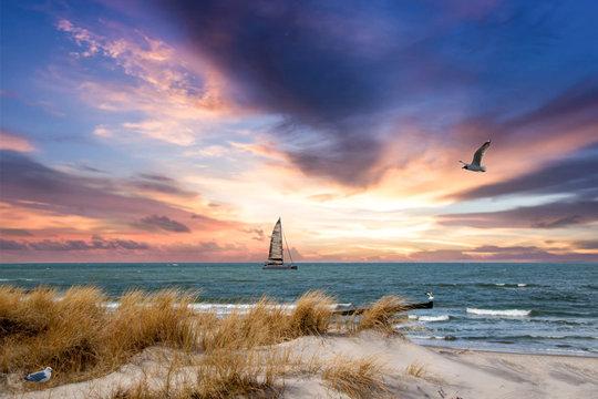 Sonnenuntzergang über der Ostsee mit Segelboot