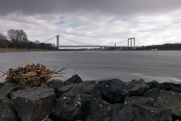 Rheinbrücke Köln-Rodenkirchen - Rodenkirchener Brücke - Köln am Rhein -  bewölkter, bewölkter, deckteder Himmel am Rhein SET