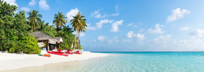 Wall Mural - Urlaub auf einer einsamen Insel mit Palmenstrand