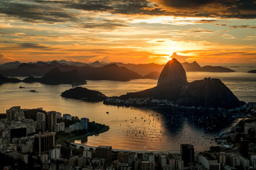 Fototapete - Golden Sunrise over Guanabara Bay in Rio de Janeiro with Sugarloaf Mountain in the Horizon