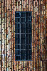 Glasbausteine in einer Backsteinwand