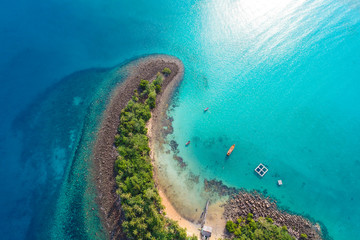 Stores à enrouleur Ile Amazing island with sand beach green tree forest aerial view