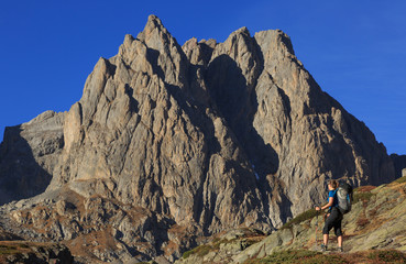Fotomurales - Female hiker looking at a mountain during a clear day in autumn.