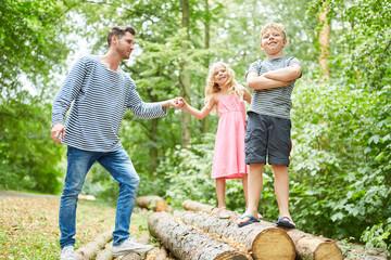 Vater und Kinder auf einem Ausflug in die Natur