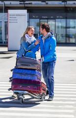 Paar kommt am Flughafen an