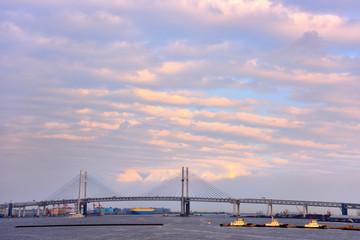 ベイブリッジの上空に浮かぶ雲と海上警備艇